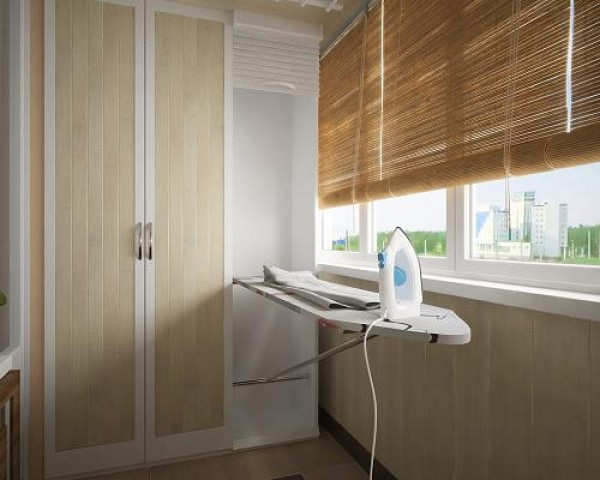 шкаф и гладильная доска на балконе