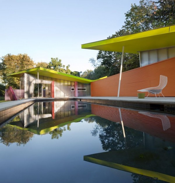 бассейн у цветного дома
