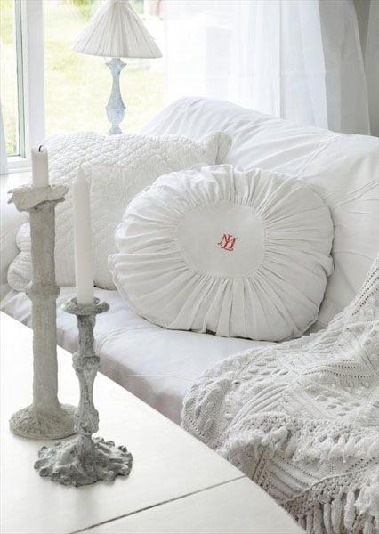белый чехол и подушки на диван