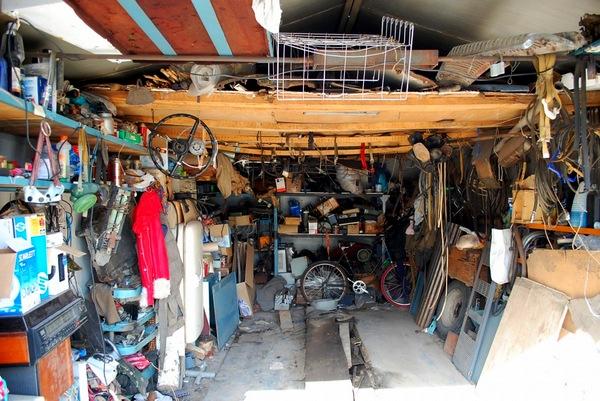 бардак внутри гаража