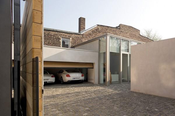 гараж и часть фасада здания
