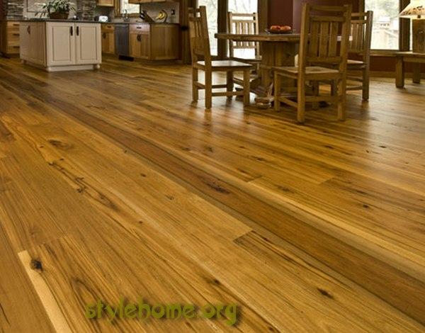 пол из- массива в деревянном доме