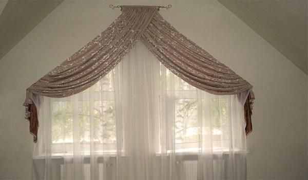 Органза и драпировки в оформлении мансардного окна.