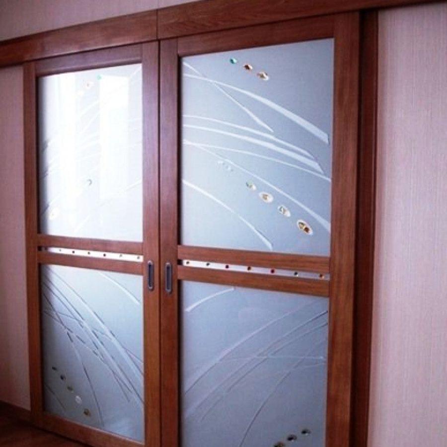 Материалы для изготовления раздвижных дверей: дерево, массив и пластик