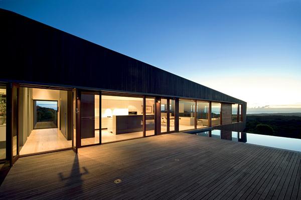 вид на дом с бассейном