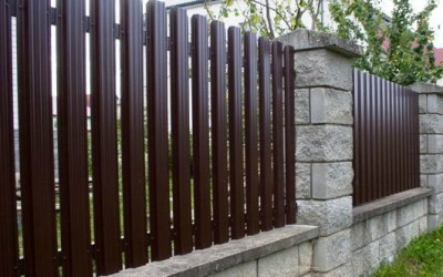 Забор из евроштакетника: основные преимущества